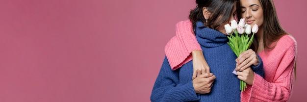 Макро девушка, предлагая цветы маме Бесплатные Фотографии