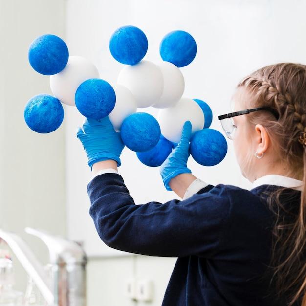 Ragazza del primo piano che studia chimica Foto Gratuite