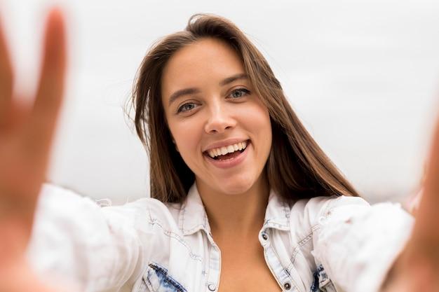 セルフィーを取るクローズアップの女の子 無料写真