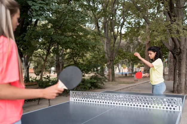 Крупным планом девушки играют в настольный теннис Бесплатные Фотографии