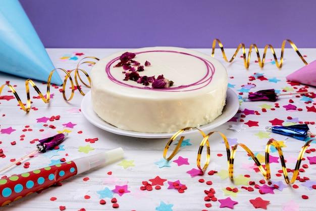 Крупным планом глазированный торт на столе Бесплатные Фотографии