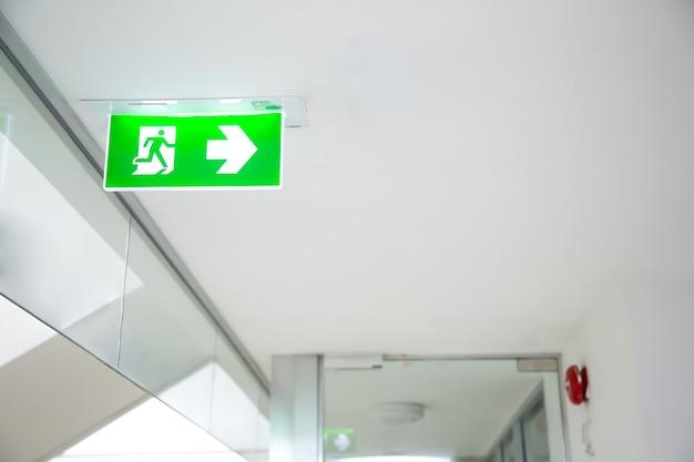 건물의 녹색 비상구 표시 또는 화재 탈출을 닫습니다. 프리미엄 사진
