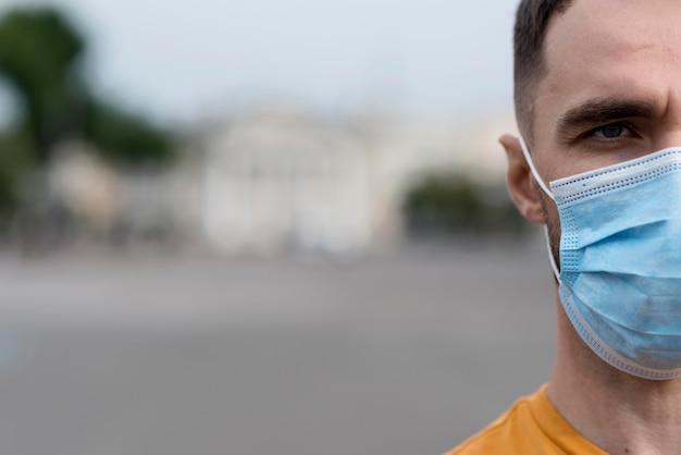 Крупным планом половина лица человека в маске Premium Фотографии