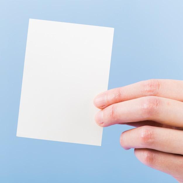 Рука крупным планом держит пустую визитную карточку Бесплатные Фотографии