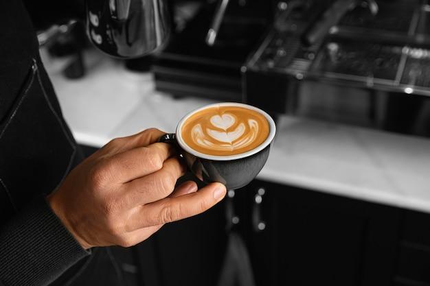 클로즈업 손을 잡고 커피 컵 무료 사진