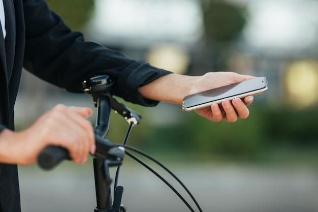Крупным планом рука мобильный телефон Бесплатные Фотографии