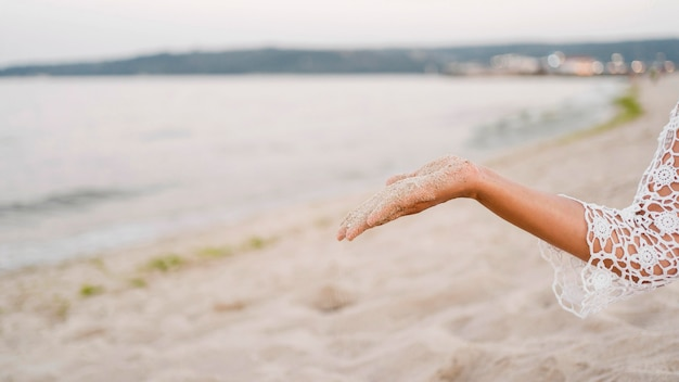 砂を持っているクローズアップ手 無料写真