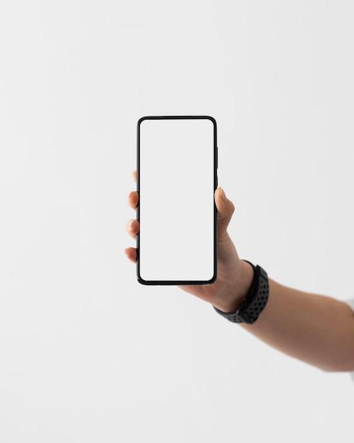 Chiudere la mano che tiene smartphone Foto Gratuite