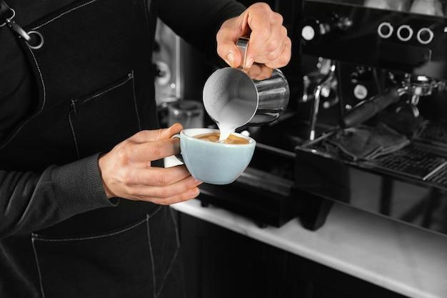 Крупным планом рука держит вкусную кофейную чашку Premium Фотографии