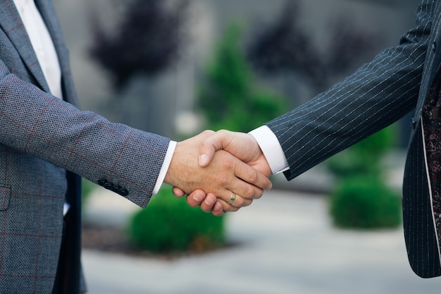 Закройте руки деловые люди, пожимая успешную сделку корпоративного партнерства, приветствуя возможность в бизнес-центре справочное соглашение профессиональное приветствие встреча коллег партнеры. Premium Фотографии