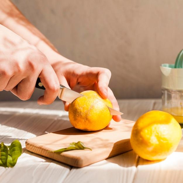 Макро руки режут лимон Бесплатные Фотографии