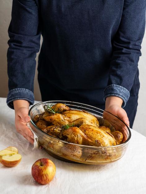 Руки крупным планом, держа блюдо из курицы и картофеля Бесплатные Фотографии