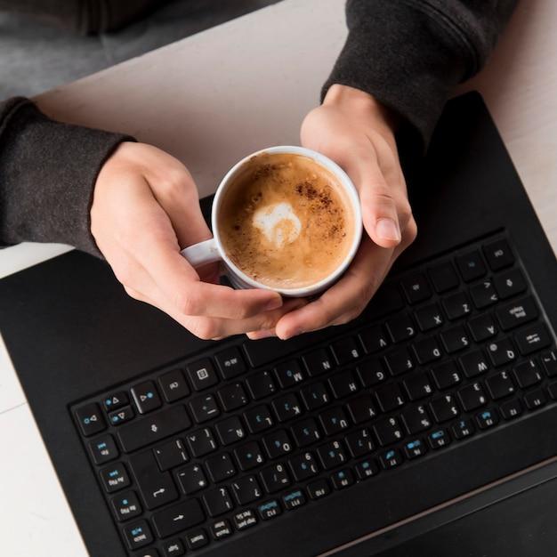 Макро руки держат кофе Бесплатные Фотографии
