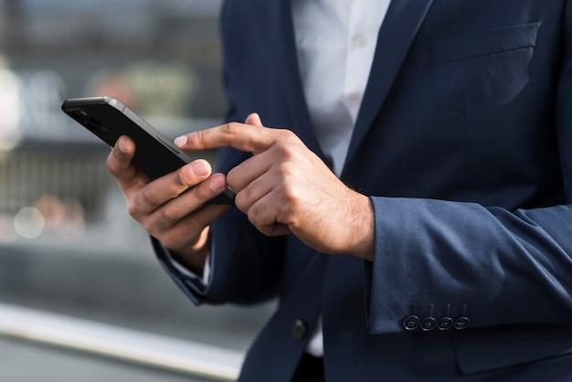 Крупным планом руки держат телефон Бесплатные Фотографии