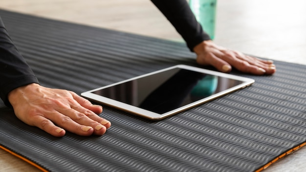 Крупным планом руки возле планшета Бесплатные Фотографии