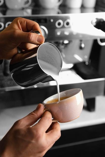 Крупным планом руки готовят кофе с молоком Бесплатные Фотографии