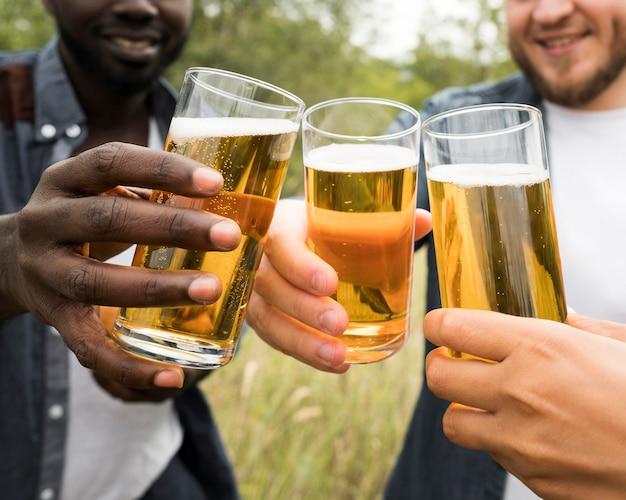 ビールで乾杯のクローズアップの手 Premium写真