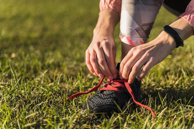 Close-up hands tying up shoe laces Free Photo