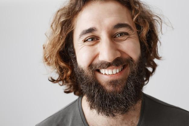 Primo piano dell'uomo barbuto sorridente bello del medio oriente felice Foto Gratuite