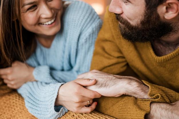 Счастливая пара крупным планом, взявшись за руки Бесплатные Фотографии