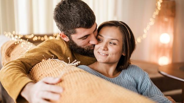 Счастливая пара крупным планом в гостиной Бесплатные Фотографии