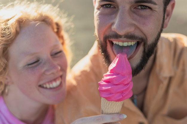 Close-up happy couple with ice cream Free Photo