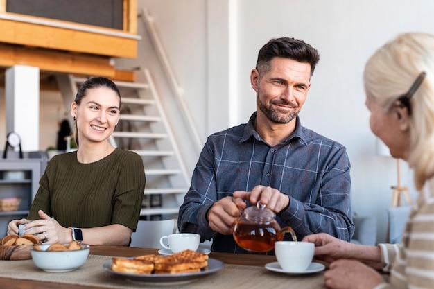 Крупным планом счастливая семья за столом Бесплатные Фотографии