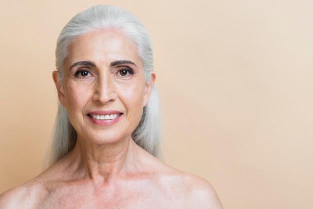 白髪のクローズアップ幸せな年配の女性 無料写真