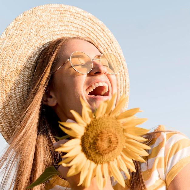 Donna felice del primo piano che gode della natura Foto Gratuite