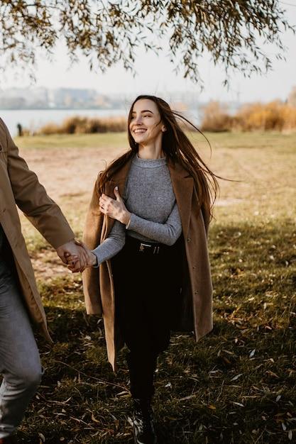 Крупным планом счастливая женщина, держащая партнера Бесплатные Фотографии