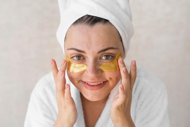 Крупным планом счастливая женщина с повязками на глазах Бесплатные Фотографии