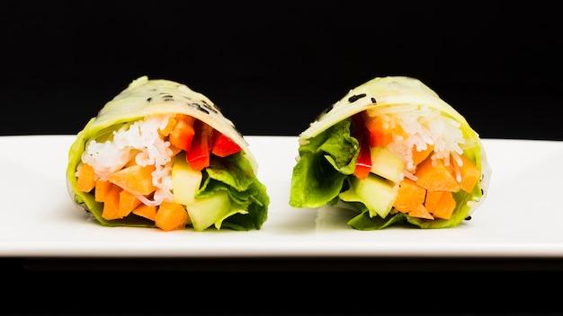 Primo piano dei rotoli di molla sani della verdura fresca Foto Gratuite