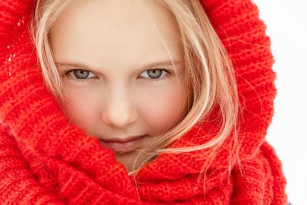 Chiuda sul ritratto altamente dettagliato di bella bambina con capelli biondi e pelle sana e pulita Foto Gratuite