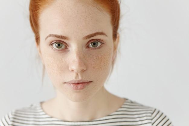 Крупным планом детализированный портрет удивительной очаровательной молодой европейской женщины с рыжими волосами Бесплатные Фотографии