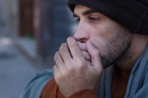Крупным планом бездомный человек холодно Бесплатные Фотографии