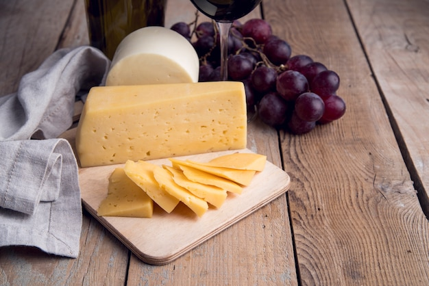 Close-up homemade cheese with grapes Free Photo