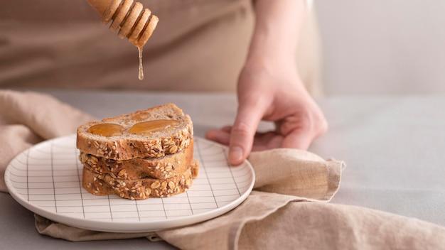 Крупным планом мед на ломтики хлеба Бесплатные Фотографии