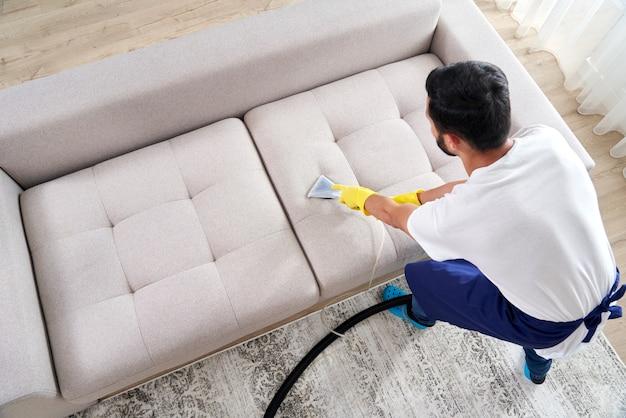 Como limpar sofás com aspirador