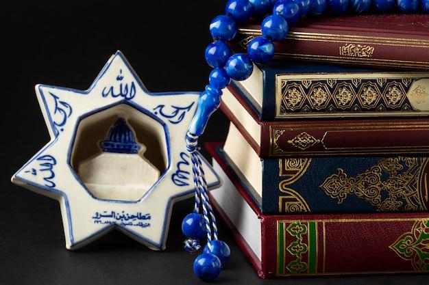 Libri di corano islamici di nuovo anno del primo piano Foto Gratuite