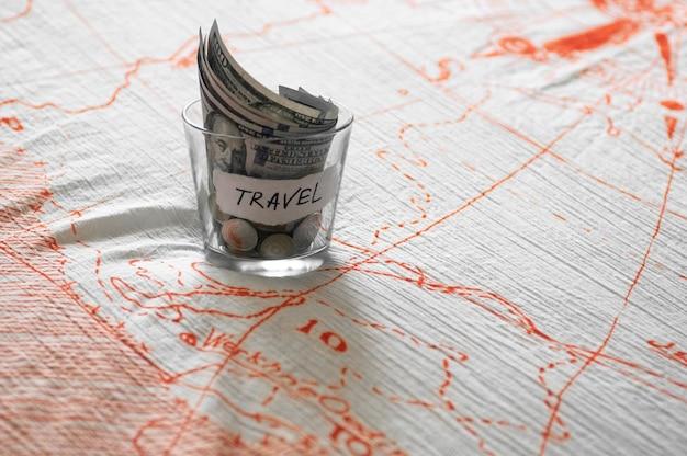 旅行のお金で瓶を閉じる Premium写真