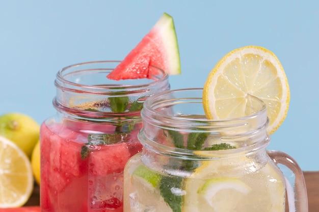 新鮮な飲み物とクローズアップの瓶 無料写真