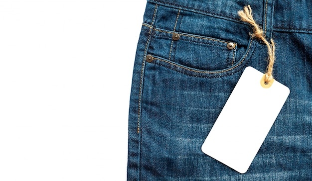 Джинсы крупного плана с пустым ценником картона белым для вашего текста. Premium Фотографии