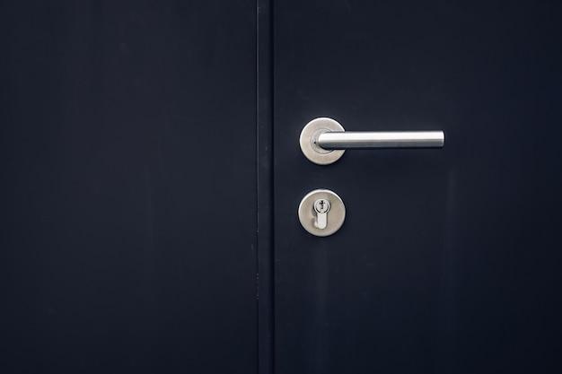 Закройте замок ключей в черный цвет двери Premium Фотографии