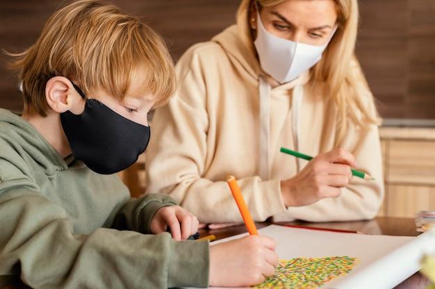 Детский и взрослый рисунок крупным планом Бесплатные Фотографии