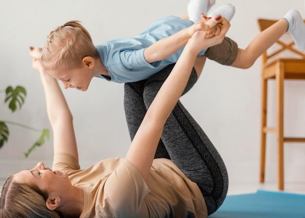 Крупным планом ребенок и женщина упражнения Бесплатные Фотографии