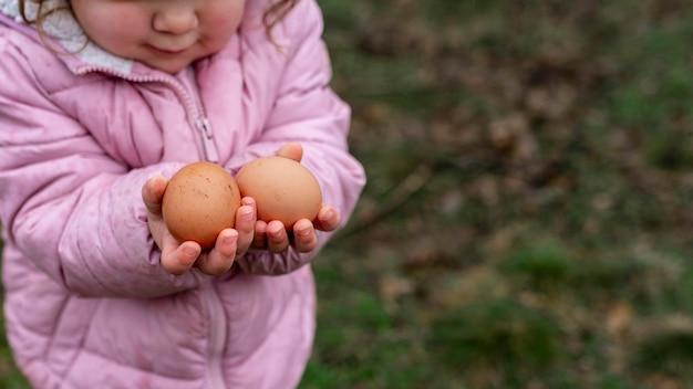 Крупным планом ребенок держит яйца Бесплатные Фотографии