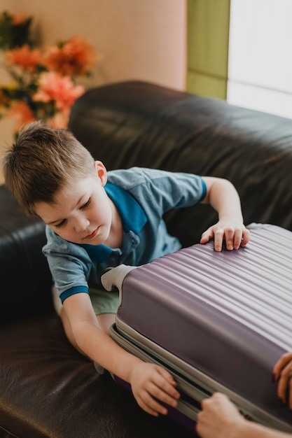 Bambino del primo piano che prepara i bagagli Foto Gratuite