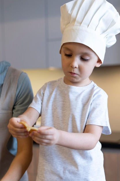 シェフの帽子をかぶっているクローズアップの子供 無料写真