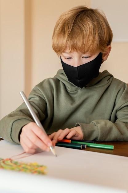 Крупным планом ребенок с рисунком маски Бесплатные Фотографии