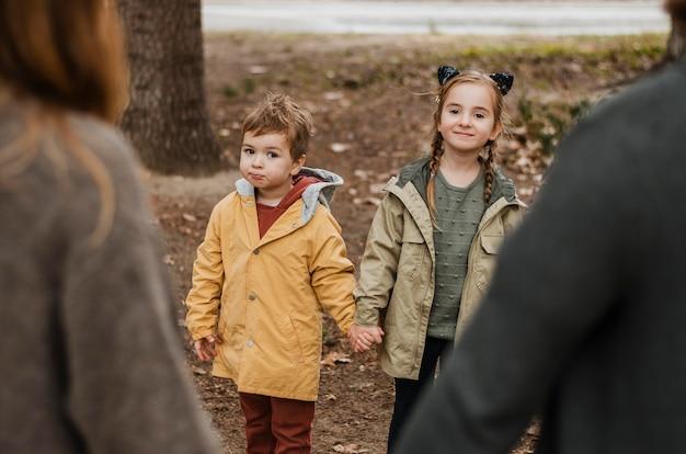 Крупным планом дети и родители, взявшись за руки Бесплатные Фотографии